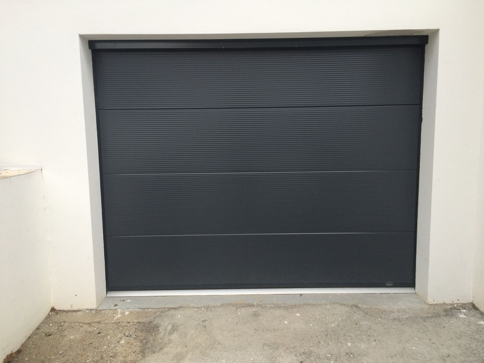 Porte de garage alliance menuiserie monfraix - Porte de garage sectionnelle gris anthracite ...
